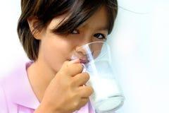 饮用的女孩牛奶 图库摄影