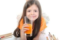 饮用的女孩玻璃汁液少许 库存图片
