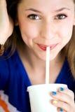 饮用的女孩碳酸钠 库存图片