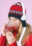 饮用的女孩茶 库存照片