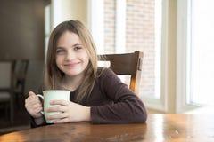饮用的女孩茶 图库摄影