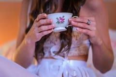 饮用的女孩茶 免版税图库摄影