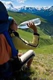 饮用的女孩远足者水 免版税库存照片