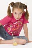 饮用的女孩iv汁液桔子 图库摄影