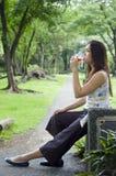 饮用的妇女 免版税库存照片