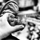 饮用的威士忌酒 在黑白的艺术性的神色 免版税图库摄影