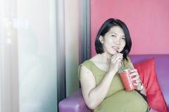 饮用的孕妇 免版税库存照片