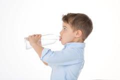 饮用的孩子外形  免版税库存照片