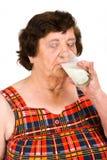 饮用的年长牛奶妇女 库存图片