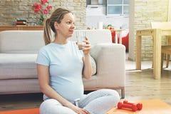饮用的怀孕的水妇女 库存照片