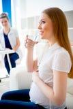 饮用的怀孕的水妇女 免版税库存照片