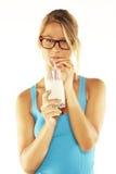 饮用的愉快的牛奶妇女年轻人 免版税库存图片