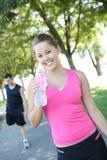 饮用的慢跑者公园水 免版税库存照片
