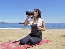 饮用的执行休息的妇女 免版税图库摄影