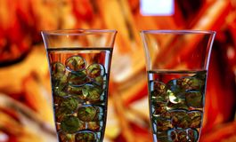 饮用的抽象背景概念 两块使有大理石花纹的玻璃 免版税库存图片