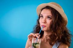 饮用的柠檬水妇女年轻人 免版税图库摄影
