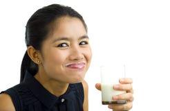 饮用的查出的乳白色的妇女 免版税库存照片