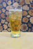 饮用的桶装啤酒在工作结束以后 免版税库存照片