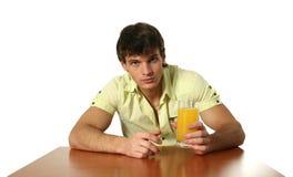 饮用的汁液人橙色性感的年轻人 库存图片