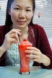 饮用的汁液西瓜妇女 库存图片