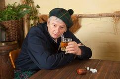 饮用的滑稽的苏格兰男子威士忌酒 免版税库存照片