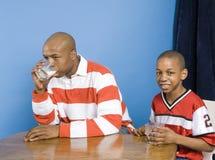 饮用的父亲牛奶儿子 免版税库存图片
