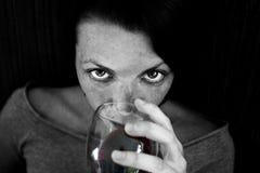 饮用的红葡萄酒妇女 免版税库存照片
