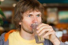 饮用的英俊的人水年轻人 库存图片