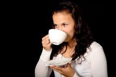 饮用的茶妇女年轻人 免版税库存图片