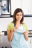 饮用的茶妇女 免版税库存图片