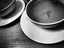 饮用的茶 在黑白的艺术性的神色 免版税库存图片