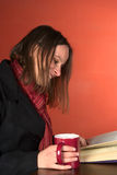 饮用的读取茶妇女年轻人 库存照片