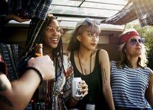 饮用的酒精啤酒一起在旅行旅途上 图库摄影