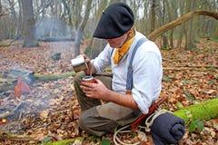 饮用的yerba伙伴在森林 免版税图库摄影
