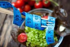 饮食、卷尺和健康食物 免版税图库摄影