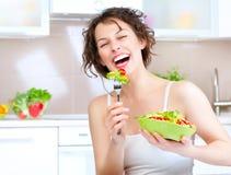 饮食。 吃菜沙拉的妇女 免版税库存图片