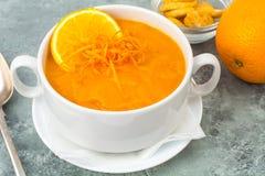 饮食南瓜,红萝卜汤纯汁浓汤用桔子 库存照片