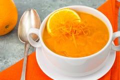 饮食南瓜,红萝卜汤纯汁浓汤用桔子 库存图片