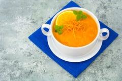 饮食南瓜,红萝卜汤纯汁浓汤用桔子 免版税库存图片