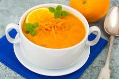 饮食南瓜,红萝卜汤纯汁浓汤用桔子 免版税图库摄影