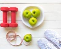 饮食和减重健康关心的用健身设备、健康淡水和的果子,苹果绿的苹果,在白色木bac 图库摄影
