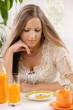 饮食妇女年轻人 免版税库存照片