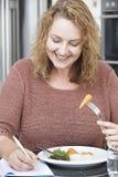 饮食文字细节的妇女在食物学报上 免版税库存照片