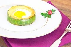 饮食早餐:炒蛋用夏南瓜 库存图片