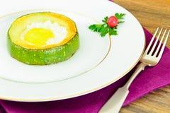 饮食早餐:炒蛋用夏南瓜 免版税图库摄影