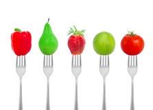 饮食概念、菜和果子在叉子 免版税库存照片
