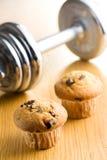 饮食概念。 松饼和哑铃。 免版税图库摄影
