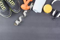 饮食概念用运动器材 库存图片