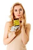 饮食概念-拿着巧克力的妇女栓与措施磁带 免版税库存照片