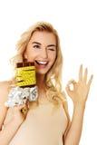 饮食概念-拿着巧克力的妇女栓与措施磁带 库存图片